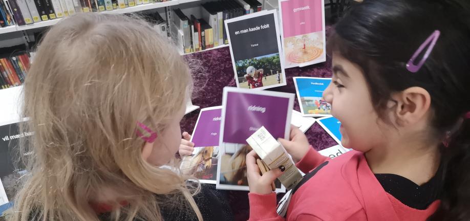 Foto: Skolebørn skriver bøger