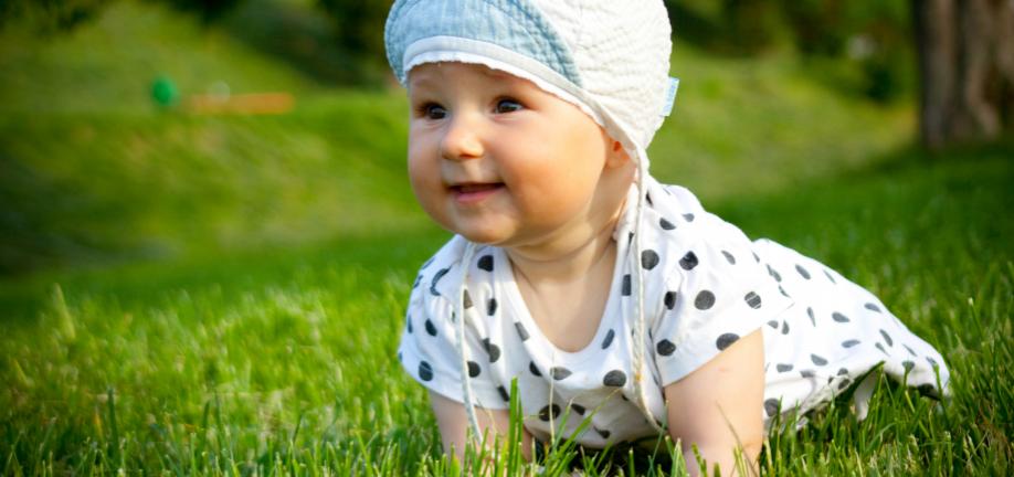 Baby i græs