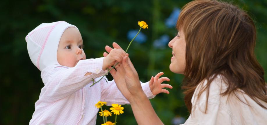 1-årig giver blomst til voksen