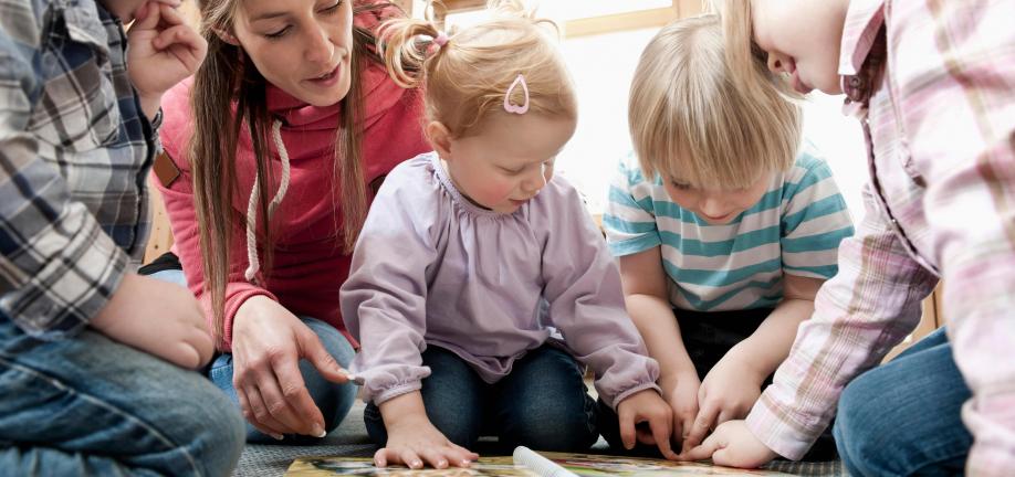 4 børn og 1 voksen - der læses