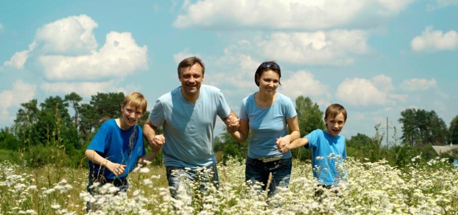 Familie løber i naturen