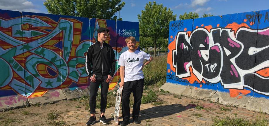Frederik Zinn, formand Svendborg Streetartforening og Victor fra Svendborg Skateforening foran den nye graffitivæg i Prøveparken