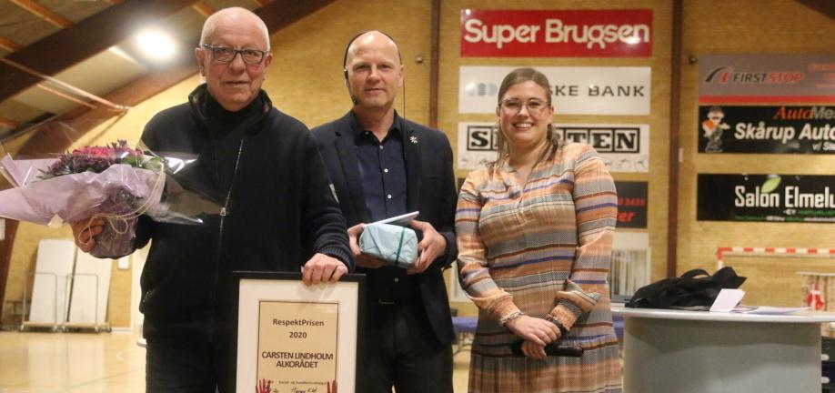 Foto: Overrækkelse af Respektprisen til Carsten Lindholm, Alkorådet