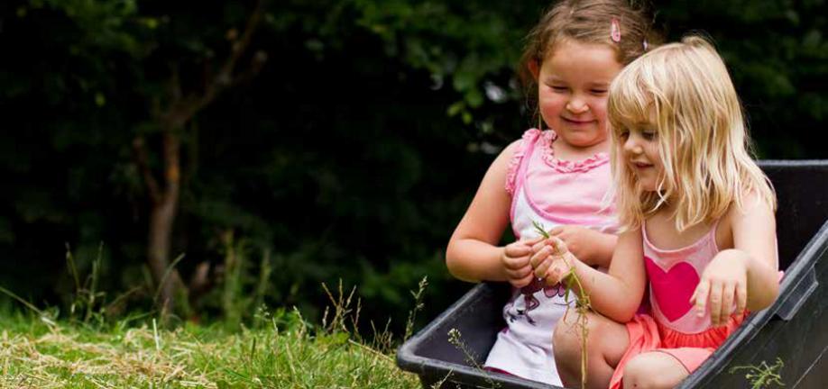 2 børn leger i græsset