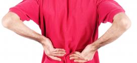 Foto af person med rygsmerter