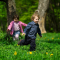 2 legende børn i grøn forårsskov